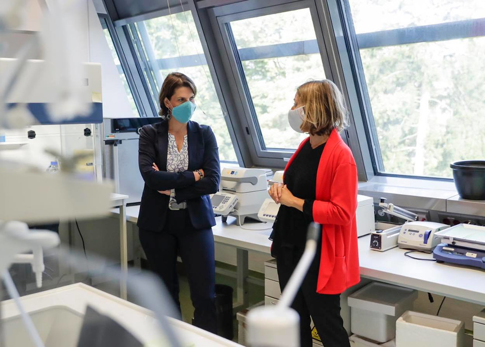 Bundesministerin Karoline Edtstadler im Institute of Science and Technology (IST) Austria